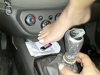 Caiu na net  novinha foi convencida pelo namorado a enfiar o cambio do carro na vagina !!! celular foi para o conç_erto e vazou o video