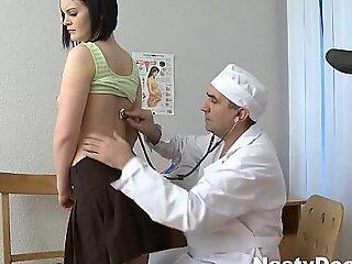 年轻的女孩为她的医学强大崩溃做准备