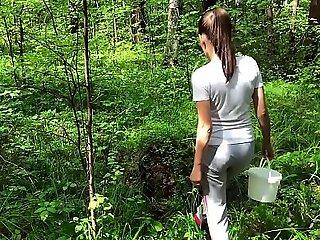 黑发吸吮大公鸡陌生人和硬猫他妈的在森林