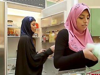 Ella Knox在迪拜的肮脏家庭性