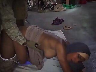 穆斯林女孩惩罚和阿拉伯法国双肛门的战利品下降