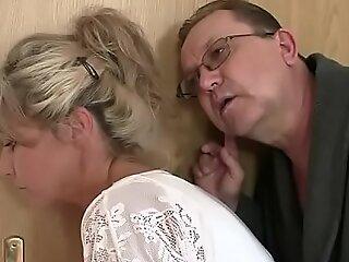 角质妈妈和爸爸乱搞他们儿子的gf