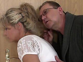 他发现老夫妇他妈的他的金发少年gf