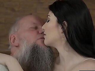 爷爷得到舔和他妈的这个超级热的青少年贝贝