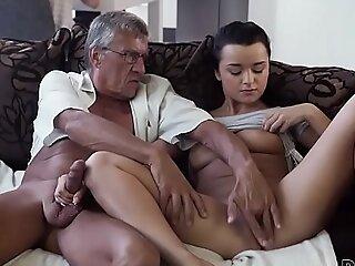 DADDY4K。角质黑发释放所有欲望在底部男朋友的老年爸爸