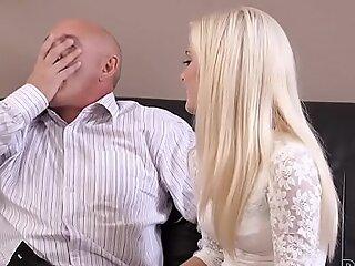 DADDY4K。角质金发女郎想尝试一个更有经验的人