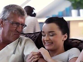 DADDY4K。热艾丽卡与他的父亲在她的男朋友作弊