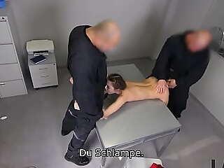 LAW4k. Teen weiß nicht, wohin der Sicherheitsbeamte sie gebracht hat, aber sie wird gefickt