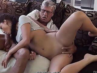 DADDY4K. Vieux mec toujours en pleine forme pour baiser la copine de son fils sur un canapé