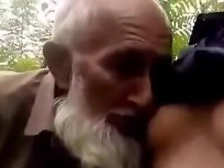 Desi muslim gembira ayah pemindahan bulu puting dengan pendahuluan a perolehi