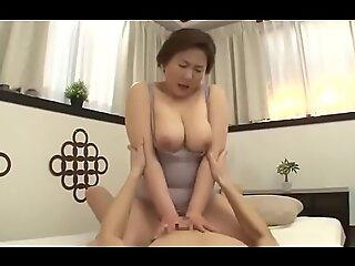 Cantik Ibu Jepang Kacau oleh muda pria